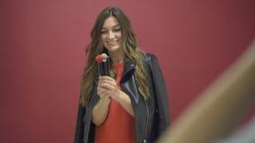 Make-upbürsten der Holding drei des schönen Brunette vorbildliche, die fotografiert werden stock video footage