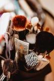 Make-upbürsten im dunklen Kasten Abschluss oben lizenzfreies stockbild