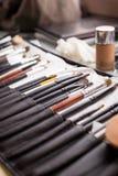 Make-upbürsten im Organisator Bürsten für Gesichtsantlitz Berufswerkzeuge für Make-up stockbild