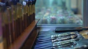 Make-upbürsten im Verkauf im Kosmetiksalon, Berufs-visagiste Werkzeuge, Zusammenstellung stock video footage