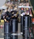 Make-upbürsten sind auf Anzeige in einem ledernen Fall Stockfotografie