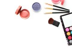 Make-upbürsten und -kosmetik lokalisiert auf Weiß stockbild