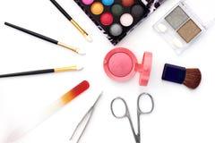 Make-upbürsten und -kosmetik lokalisiert auf Weiß lizenzfreies stockbild