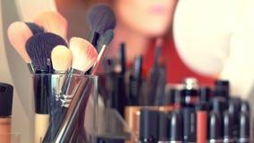 Make-upbürstensatz im Paket auf Frisierkommode für Make-up Kosmetische Zusammensetzung stock video footage