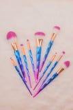 Make-upborstel die op witte bontachtergrond wordt geplaatst Stock Fotografie