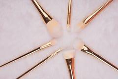 Make-upborstel die op witte bontachtergrond wordt geplaatst Royalty-vrije Stock Foto's