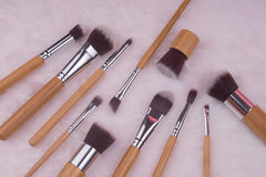 Make-upborstel die op witte bontachtergrond wordt geplaatst Royalty-vrije Stock Afbeeldingen