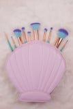 Make-upborstel die op witte bontachtergrond wordt geplaatst Stock Afbeelding