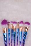 Make-upborstel die op witte bontachtergrond wordt geplaatst Royalty-vrije Stock Foto