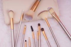 Make-upborstel die op witte bontachtergrond wordt geplaatst Stock Afbeeldingen