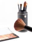 Make-upborstel en de oogschaduw van de aardetoon Stock Foto