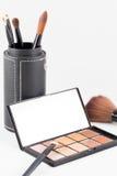 Make-upborstel en de oogschaduw van de aardetoon Stock Afbeelding