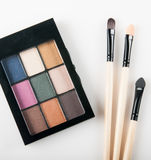 Make-upborstel en kleurenpalet Stock Afbeeldingen