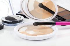 Make-upborstel en schoonheidsmiddelen stock foto