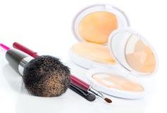 Make-upborstel en schoonheidsmiddelen royalty-vrije stock afbeeldingen