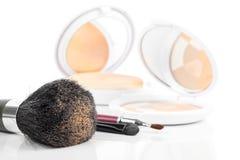 Make-upborstel en schoonheidsmiddelen stock foto's