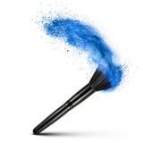 Make-upborstel met blauw geïsoleerd poeder Stock Afbeeldingen