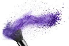 Make-upborstel met blauw geïsoleerd poeder Stock Afbeelding