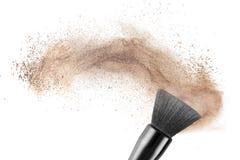 Make-upborstel met geïsoleerde poederstichting Stock Fotografie