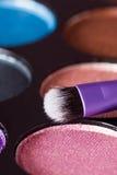 Make-upborstel met make-uppalet op de achtergrond Royalty-vrije Stock Foto