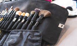 Make-upborstel op zwarte stoffenzak die wordt geplaatst stock fotografie