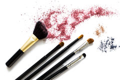 Make-upborstels en oogschaduw stock afbeeldingen