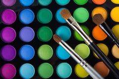 Make-upborstels en oogschaduwwen Stock Foto's