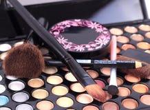 Make-upborstels en samenstellingsoogschaduwwen Stock Fotografie