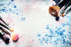 Make-upborstels en verpletterde oogschaduw Stock Afbeeldingen