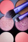 Make-upborstels met make-uppalet in Stock Afbeelding