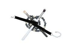 Make-upborstels met zwart lint worden behandeld en geïsoleerde die kralenversiering stock afbeelding