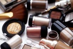 Make-uphulpmiddelen en toebehoren De Browoogschaduw, naturel vilt stichting voor schone ton op gezicht, nagellak, samenstellingsb Stock Afbeeldingen