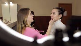 Make-upkünstler, der Berufsmake-upmädchen tut stock video