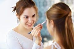 Make-upkünstler, der Lidschatten anwendet lizenzfreie stockfotografie