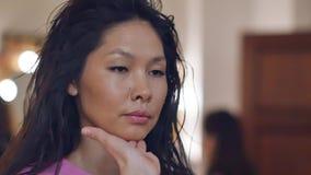 Make-upkünstler mit einem asiatischen Auftritt Weicher Fokus Rauchige Augen stock footage