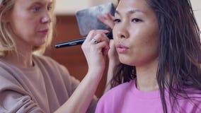 Make-upkünstler mit einem asiatischen Auftritt Weicher Fokus Rauchige Augen stock video footage