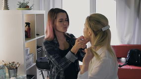 Make-upkünstlerarbeit über ihren Freund Wirkliche Leute stock footage