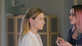 Make-upkünstlerarbeit über ihren Freund Wirkliche Leute stock video
