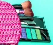 Make-upkit indicates beauty product and-Bürste stockfoto
