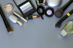 Make-upkosmetik auf einem Grau stockbilder