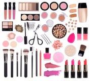 Make-upkosmetik wie Lidschatten, Wimperntusche, Lippenstift, Eyeliner, Nagellack und Make-upzusätze lokalisiert auf weißem Hinter stockfoto