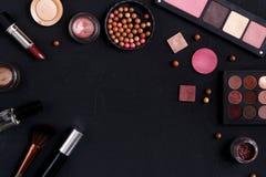 Make-upkosmetikwesensmerkmale gestalten schwarzen Hintergrund, kopieren Raum Lizenzfreie Stockfotos