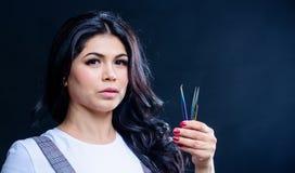 Make-upkunstenaar Cosmetic tweezer Het gezichtsgreep van de meisjesmake-up tweezer voor wimperuitbreiding Het concept van de scho royalty-vrije stock foto's