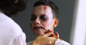 Make-upkunstenaar die Halloween-make-up voorbereiden stock video