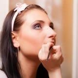 Make-upkunstenaar die met borstellippenstift van toepassing zijn op lippen van vrouw Royalty-vrije Stock Afbeeldingen