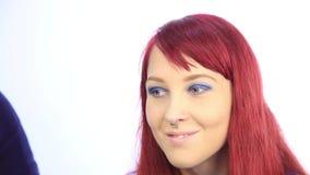 Make-upkunstenaar die met een persoonsmodel werken Close-upmening van een kunstenaars` s hand die speciale borstel gebruiken stock videobeelden