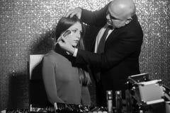 Make-upkunstenaar die poeder met borstel op vrouwengezicht toepassen royalty-vrije stock foto's