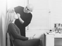 Make-upkunstenaar het van toepassing zijn maakt omhoog op vrouwengezicht stock afbeeldingen