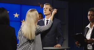 Make-upmänner, die Politiker für Mitteilung vorbereiten Lizenzfreie Stockfotos