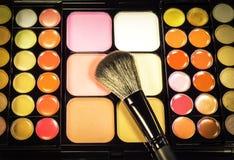 Make-uppalette mit Make-upbürste Stockbilder